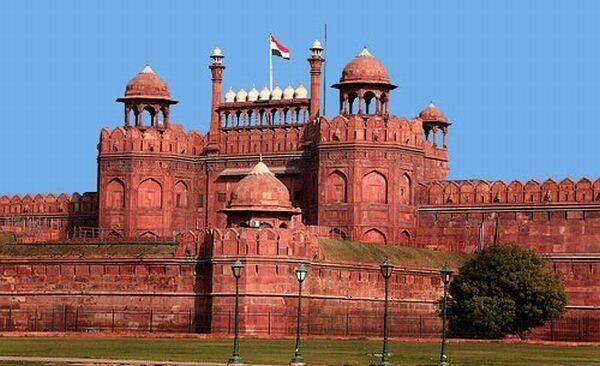 monuments of delhi This monument is situated in old delhi, is the largest of all monuments in the city and houses museums displaying ancient archaeology, the stories of martyrs and indian wars etc this monument is built in red sandstone and that's why is called the red fort.