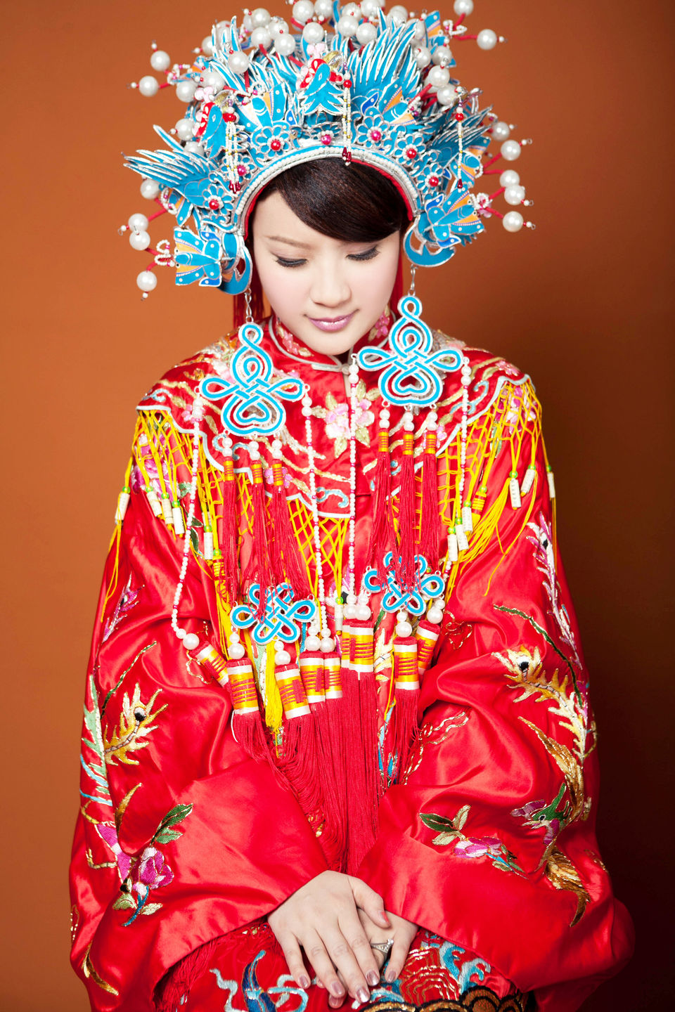 Beautiful traditional dresses from around the whole world for Traditional chinese wedding dress hong kong