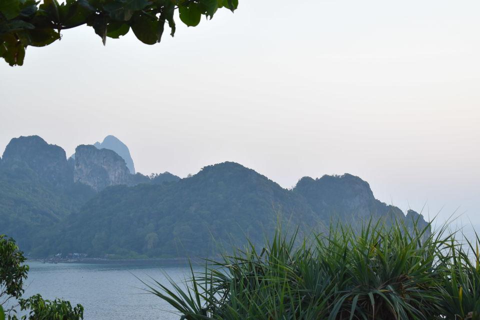 Speeding aroundPhi Phi Don (Phi Phi Islands, Thailand)