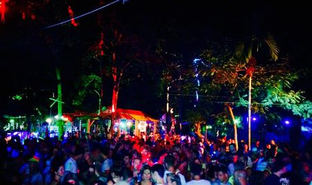 Backpacking Koh Phangan : Parties Sangsom-Buckets Sunsets and More Parties.