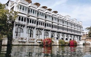 Stay in this Lavish Hotel Facing the Lake City of India on a Mid-Budget!