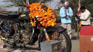 बुलेट बाइक की पूजा करता है राजस्थान का ये मंदिर, इसकी कहानी सुनकर हो जाएँगे हैरान!