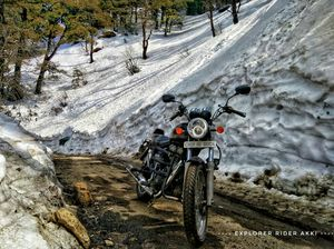 Riding experience along with with snow walls in Himachal Pradesh.