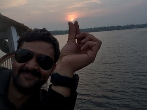 Holding the sun aloft, aboard a houseboat from Alleppey! :) #SelfieWithAView #TripotoCommunity