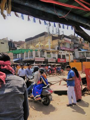 Ride in a Rickshaw with me to explore India's famous food street !!