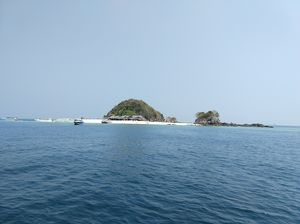 Khai Nok Island - a beautiful island with white sandy beaches