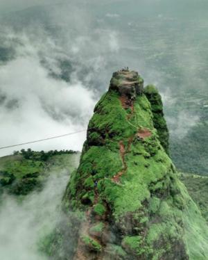 मुंबई से सिर्फ़ 47 किमी दूर, दुनिया के सबसे ख़तरनाक किले की चढ़ाई बुज़दिलों के लिए नहीं है