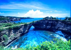 broken beach is one of the favorite tourist destinations on the island of Nusa Penida Bali. access t