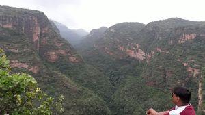 देश के दिल में बसा है पहाड़, जंगल, झील, झरनों वाला नगर पंचमढी
