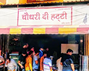 Choudhary Di Hatti Serves the Best Cholle Poori in Delhi!