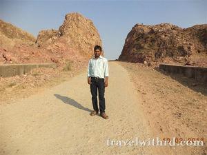 दशरथ मांझी: पर्वत से भी ऊँचे एक पुरुष की कहानी (Dashrath Manjhi: The Mountain Man) - Travel With RD