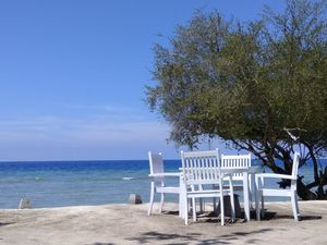 Gili Trawangan - turquoise sea , white sand, coconut palms !!