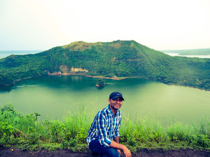 Hiking up the Taal Volcano in Luzon (Philippines)