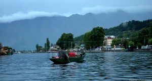 A Glimpse Of Life At Dal Lake … A Pictorial Journey