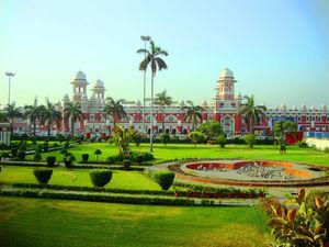 Muskuraiye Ki Aap Lucknow Me Hain