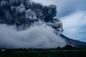 Tourists, Locals Flee as Mount Tangkuban Parahu Erupts in Indonesia