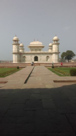 Tomb of Itimad-ud-Daulah 1/4 by Tripoto