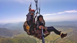 Blissfully flying high in Bir – 2nd best site in the world for paragliding!