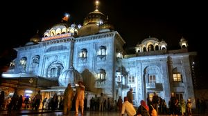 Shri Bangla Sahib Gurudwara...A place for peace in between irritating crowd of delhi.