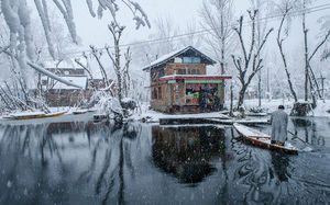 Srinagar gets its first snowfall of the season and the pictures are mind-blowing !!