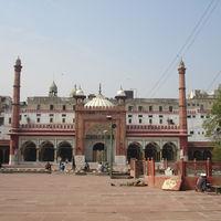 Fatehpuri Mosque 2/4 by Tripoto