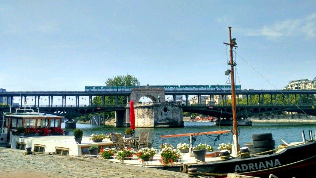 Photo of Pont de Bir-Hakeim By Juanita Mendonca