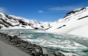 10 High-Altitude Lakes In India That Transform Into a Frozen Spectacle During Winters
