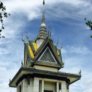 Backpacking Phnom Penh : Friendly Girls , Cold Beer And Streets Full Of Range Rovers