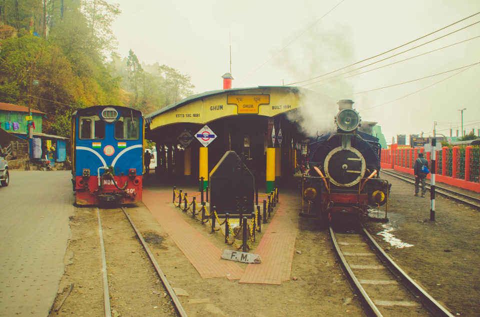 दार्जिलिंग की भीड़-भाड़ से दूर भारत के सबसे ऊँचे रेलवे स्टेशन घूम में बिताएँ छुट्टियाँ