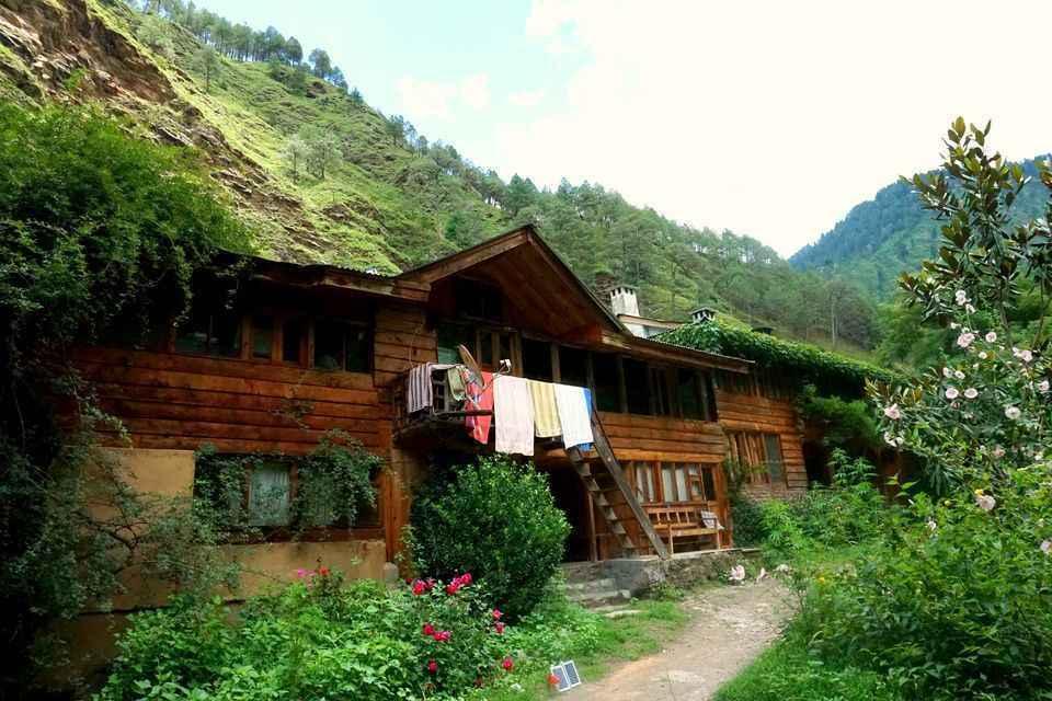 सिर्फ ₹1500 में तीर्थन नदी किनारे बने इस सुंदर कॉटेज में बिताएँ सुकून के पल!