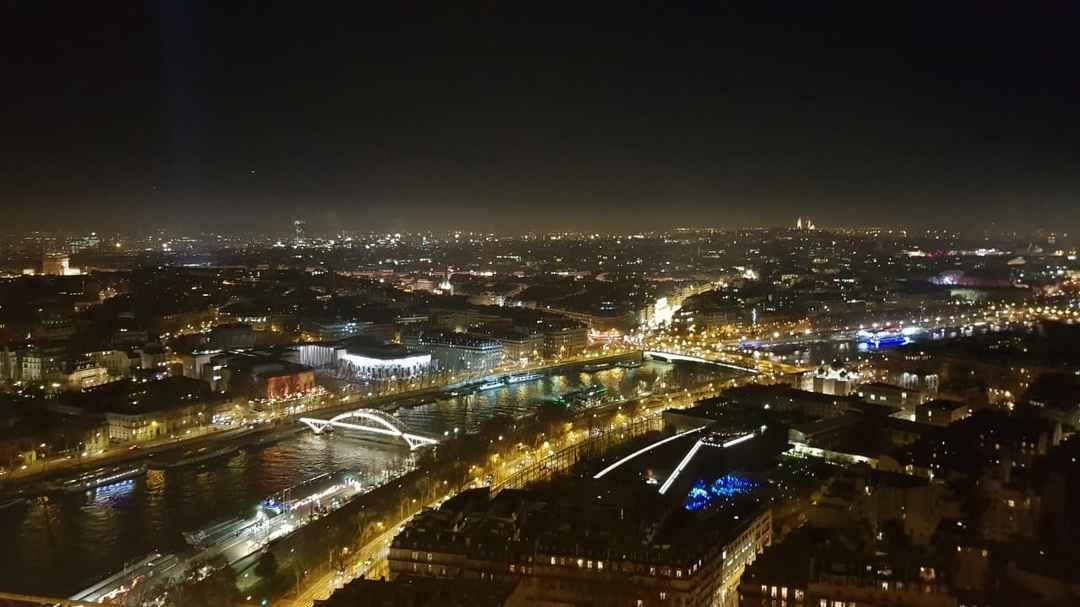 A Sparkling Christmas in Paris