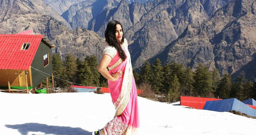Saree In The Snow What Auli Does To You Is Beyond Words Tripoto In this post i am going to present you amazing collection of saree images. saree in the snow what auli does to
